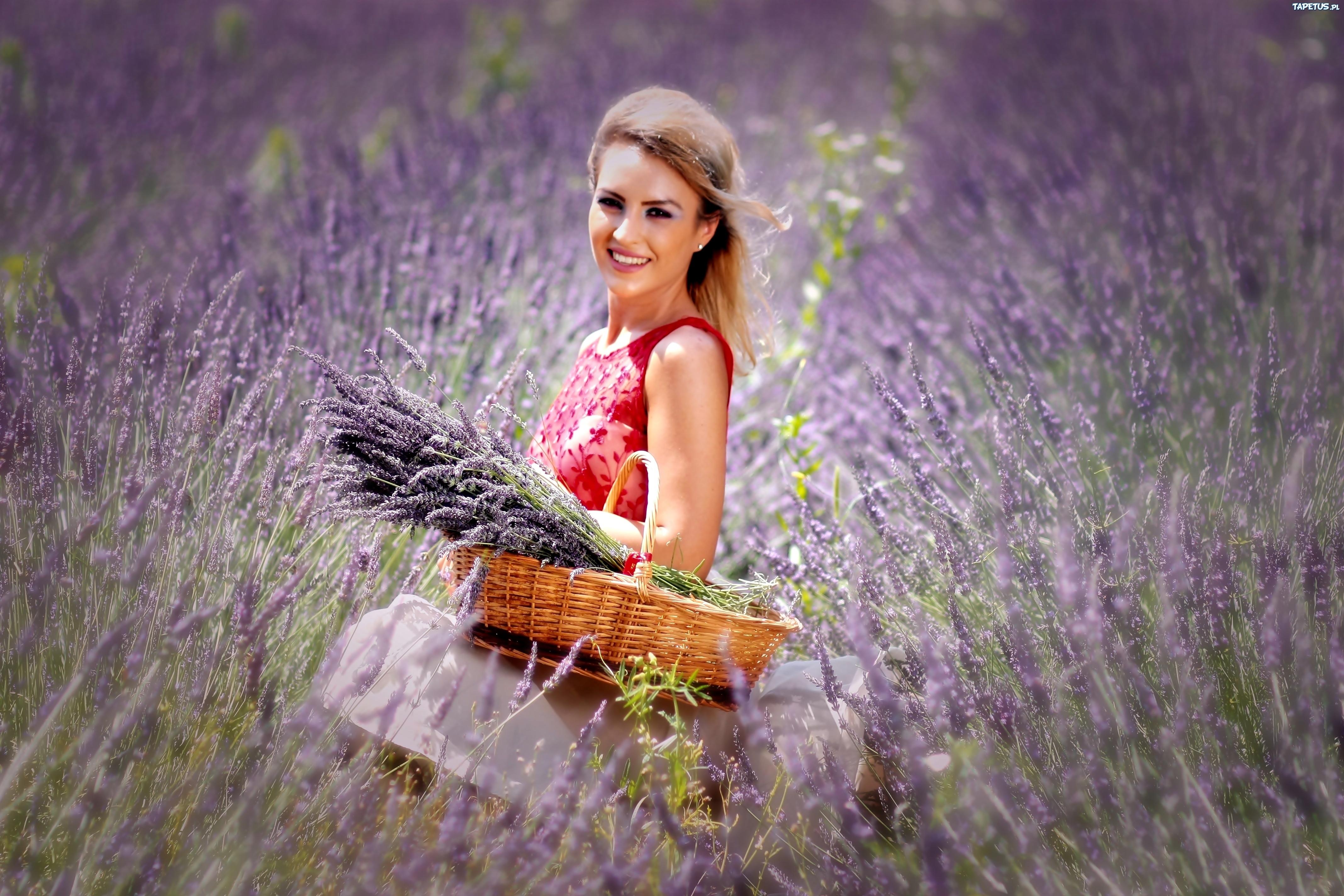 244401_usmiechnieta-dziewczyna-wiazanka-koszyk-pole.jpg